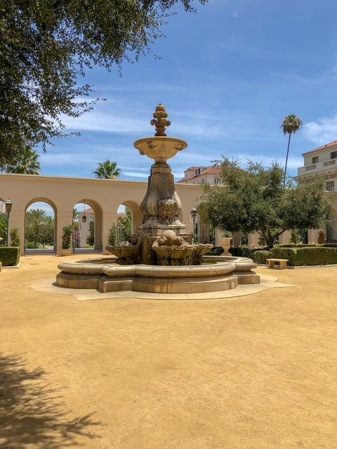 Der Pasadena-Rathaus-Garten und -brunnen lizenzfreies stockfoto