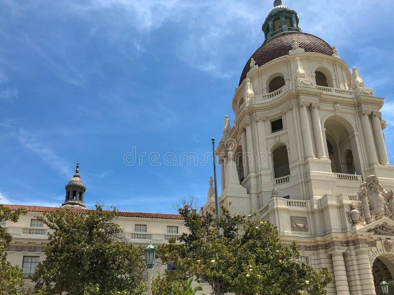 Der Pasadena-Rathaus-Hauptturm und -Säulengang stockbild