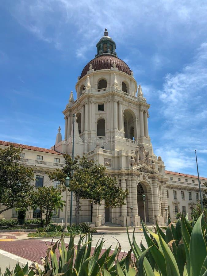 Der Pasadena-Rathaus-Hauptturm und -Säulengang lizenzfreie stockfotos