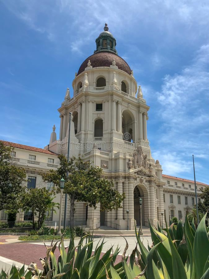 Der Pasadena-Rathaus-Hauptturm und -Säulengang stockfotos
