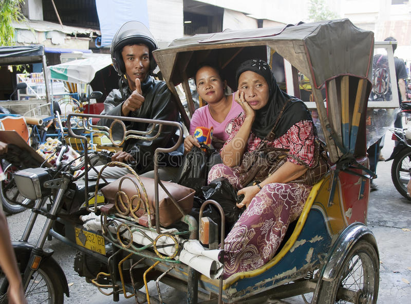 Der Passagier und der Fahrer von Rikschas eines tuk-tuk Autos Medan, am 11. August 2011 stockbild