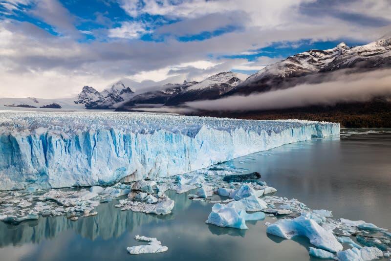Der Perito Moreno Glacier ist ein Gletscher, der im Nationalpark Los Glaciares in Santa Cruz Province, Argentinien gelegen ist stockfotos