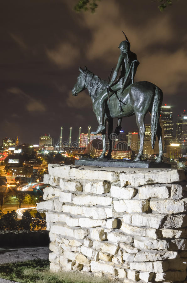 Der Pfadfinderstatuenmarkstein, der Kansas City nachts übersieht lizenzfreie stockbilder