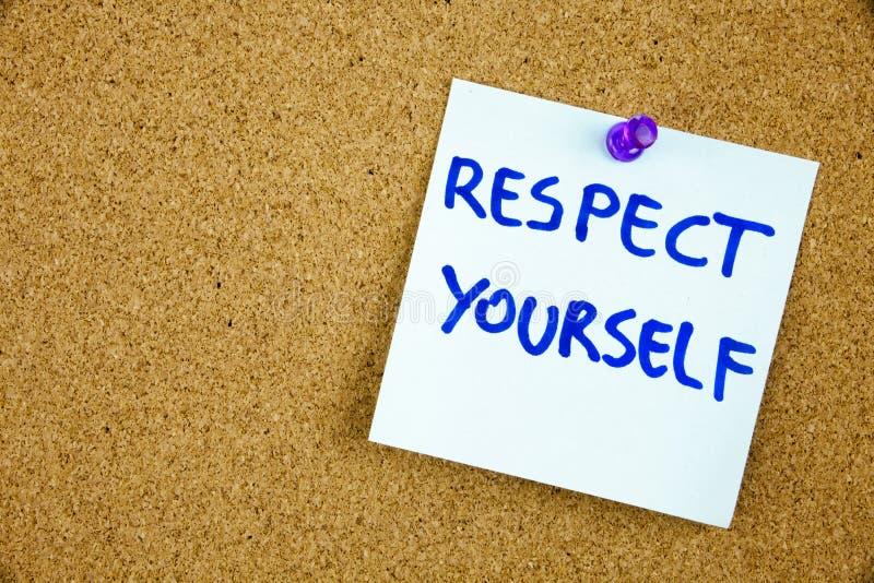 Der Phrase Respekt sich im roten Text auf einer gezeichneten Karteikarte festgesteckt zu einer KorkenAnschlagtafel als Anzeige stockfotografie