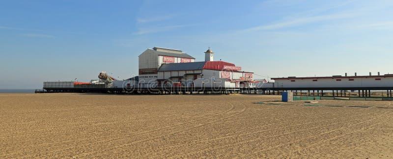Der Pier auf dem Strand lizenzfreie stockfotografie