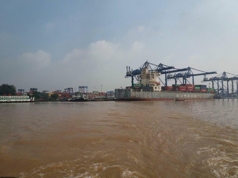 Der Pier im Fluss stockfoto