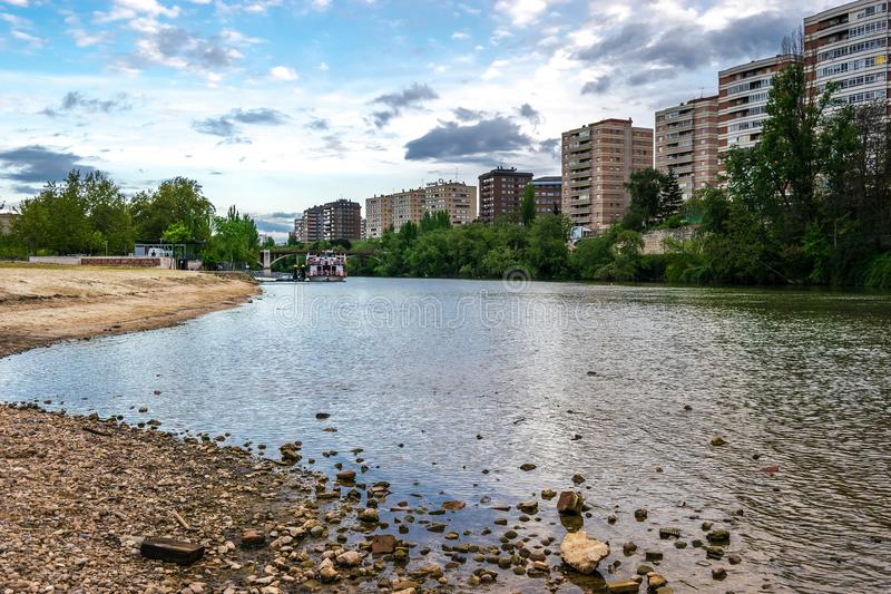 Der Pisuerga-Fluss, der durch Valladolid überschreitet lizenzfreie stockfotos