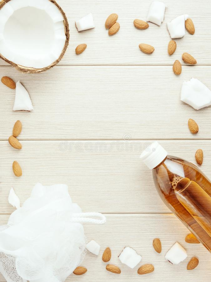 Der Plastikflaschen- und Maschenduschschwamm, mindal, Kokosnuss stockfoto