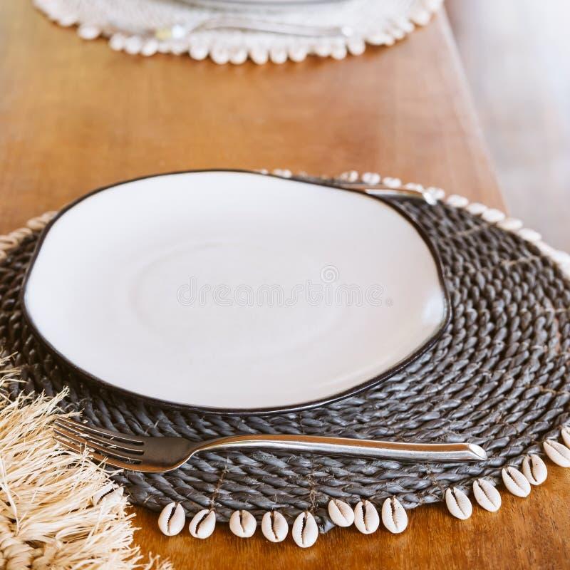 Der Platz mit den Meeresdetails, die kreativ auf dem Tisch des Hauses oder des Restaurants platziert sind Modernes Design-Strandb lizenzfreie stockbilder