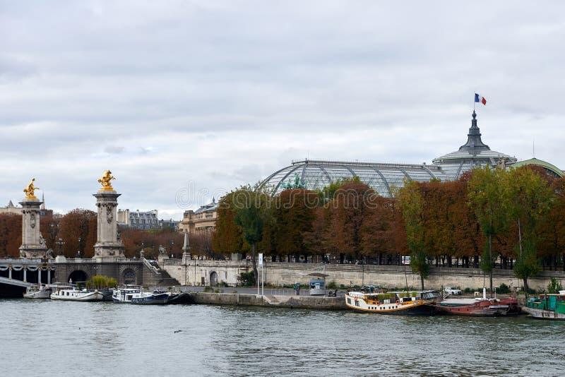 Der Pont Alexandre III ist eine Plattformbogenbrücke, die die Seine in Paris überspannt stockbilder