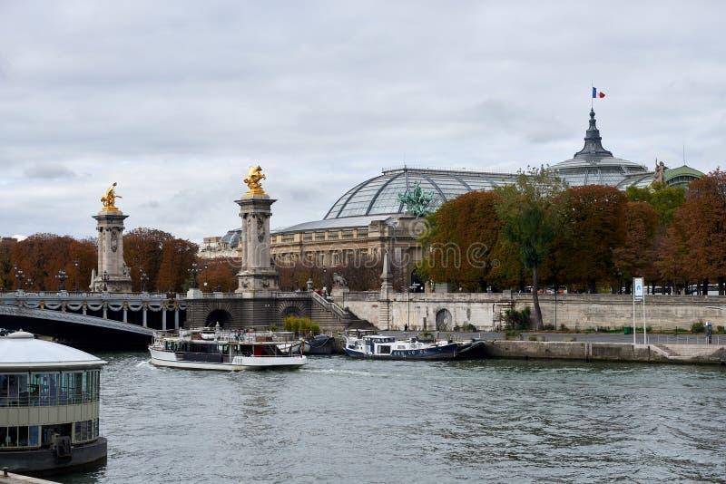 Der Pont Alexandre III ist eine Plattformbogenbrücke, die die Seine in Paris überspannt stockbild
