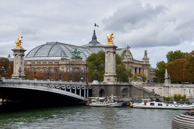 Der Pont Alexandre III ist eine Plattformbogenbrücke, die die Seine in Paris überspannt lizenzfreie stockfotos