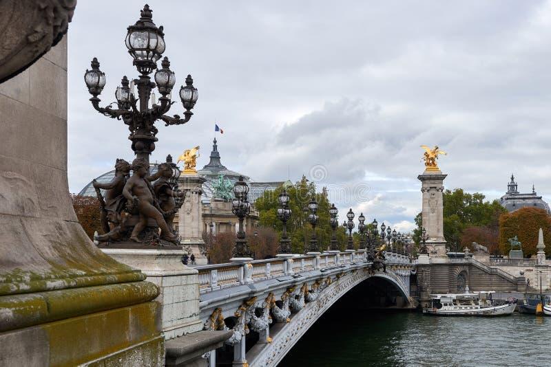 Der Pont Alexandre III ist eine Plattformbogenbrücke, die die Seine in Paris überspannt stockfotografie