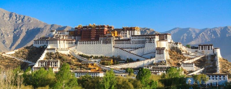 Der Potala Palast in der steigenden Sonne lizenzfreie stockfotografie
