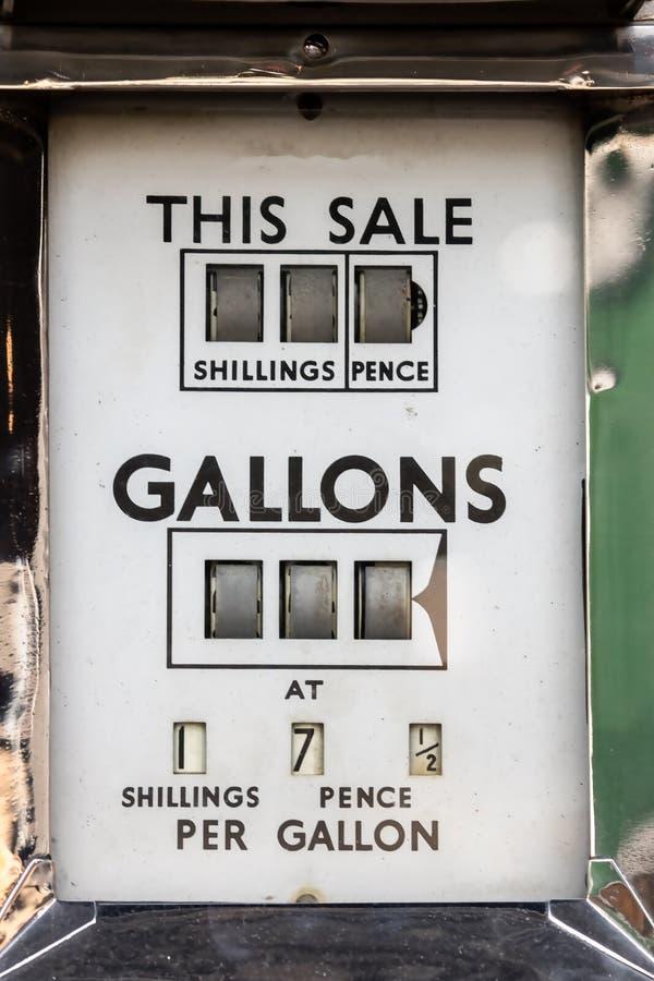 Der Preis des Treibstoffs Weinleseauto-Brennstoffmeter Preis festgesetzt in den Schillingen stockbild