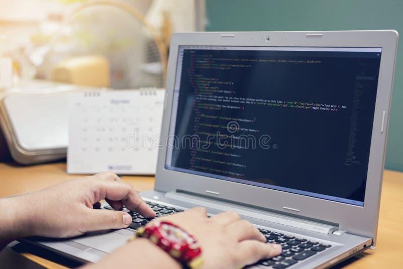 Der Programmierer, der in einer Software arbeitet, entwickeln Firmenbüro stockbild