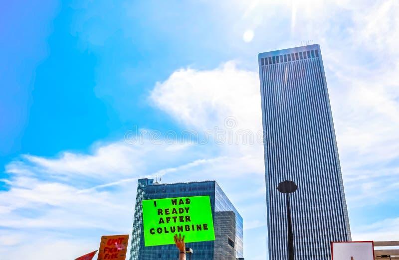 Der Protestierender, der das Zeichen sagt war ich hält, nach Akelei gegen Skyline bei März zu Live Protest gegen Stadtskyline mit stockfotos