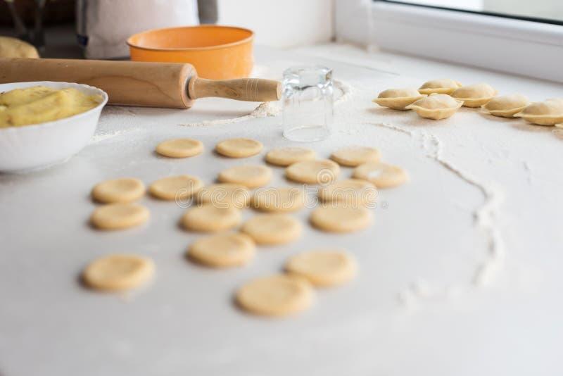 Der Prozess der Herstellung von Mehlklößen Haupt set ukraine lizenzfreies stockbild