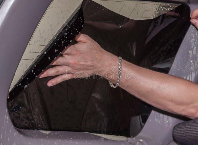 Der Prozess des Abtönens des Glases eines Autos lizenzfreie stockbilder