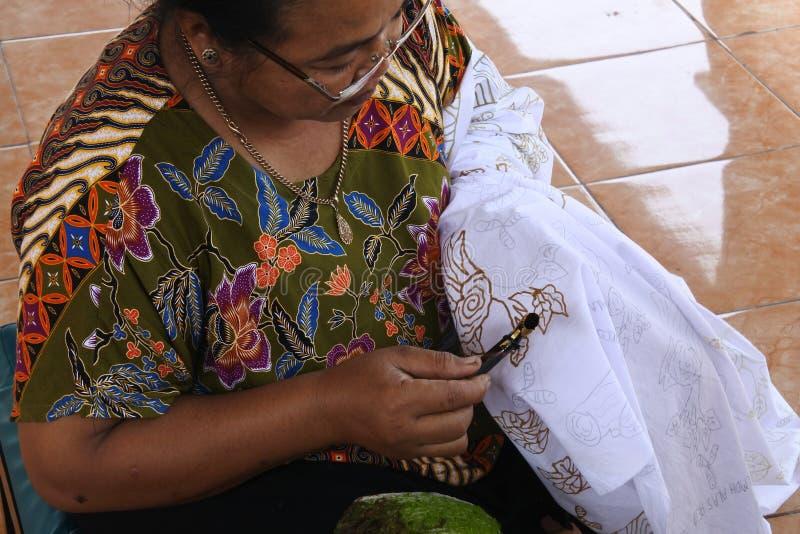 Der Prozess der Herstellung des Batiks stockbild