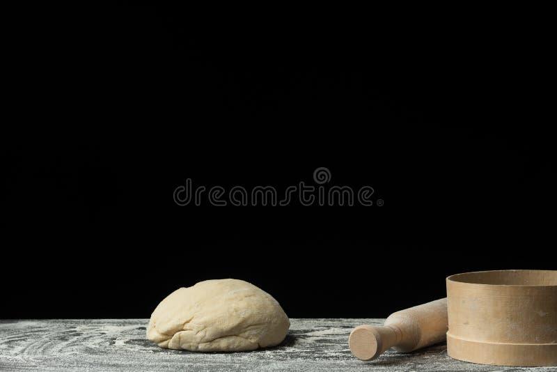Der Prozess der Herstellung des Brotes, der Teigwaren, der Bonbons oder der italienischen Pizza auf der Dorftabelle Pizzateig stockbilder