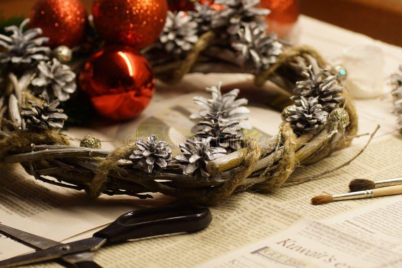 Der Prozess der Herstellung eines Weihnachtskranzes mit seinen eigenen Händen Einführungskranz oder Einführungskrone, ist eine ch lizenzfreie stockfotos