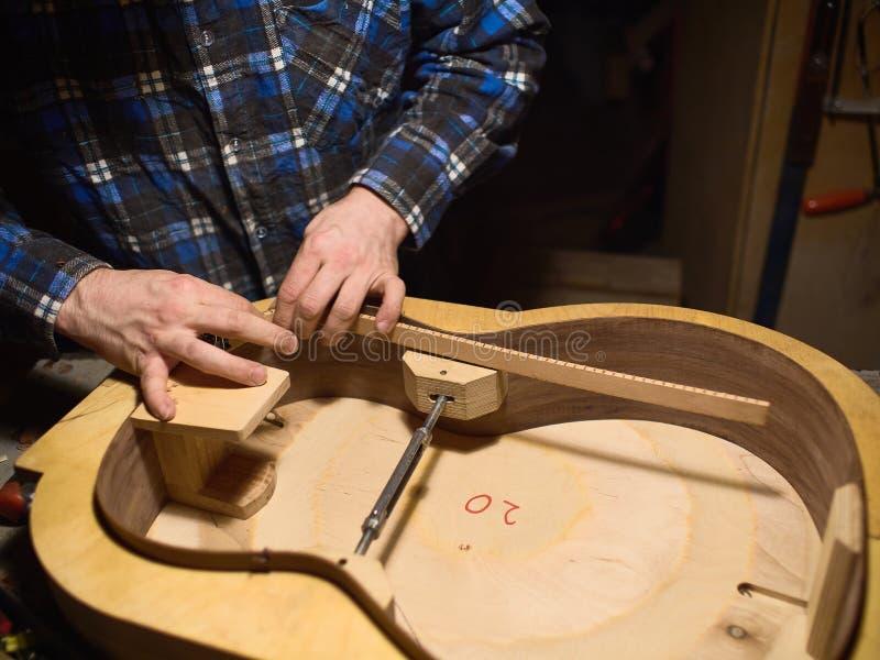 Der Prozess der Herstellung der klassischen Gitarre lizenzfreies stockfoto