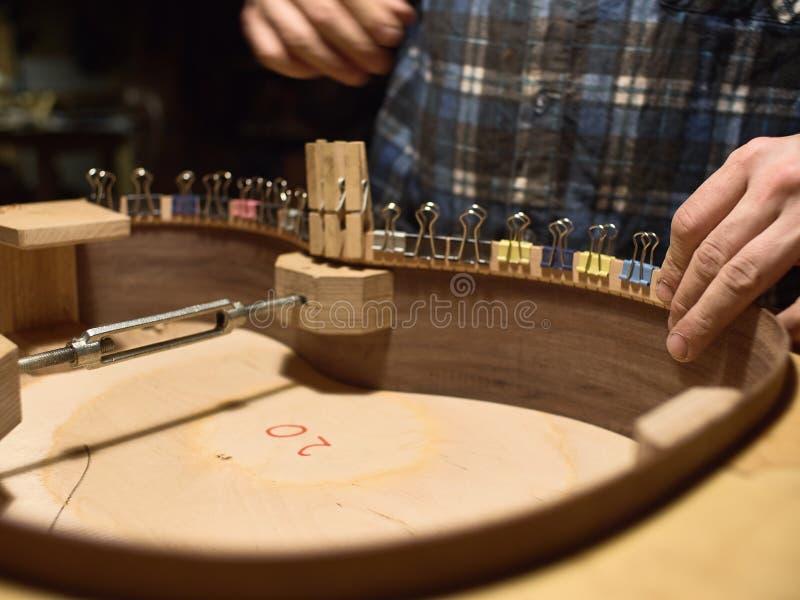 Der Prozess der Herstellung der klassischen Gitarre stockfotografie