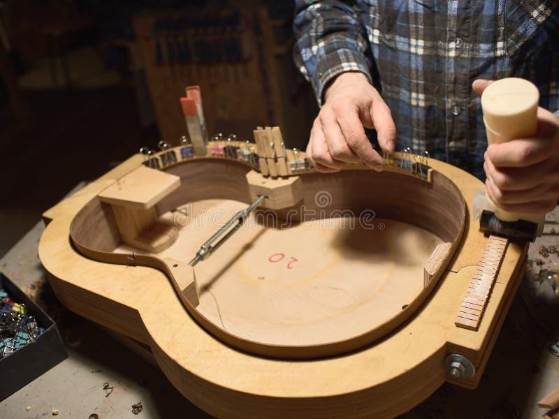 Der Prozess der Herstellung der klassischen Gitarre lizenzfreie stockfotografie
