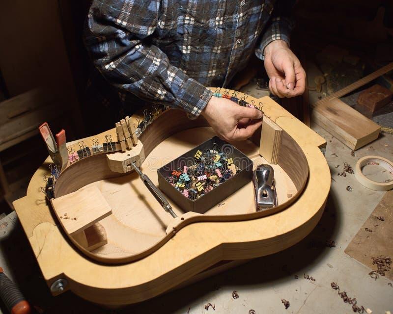 Der Prozess der Herstellung der klassischen Gitarre lizenzfreie stockfotos