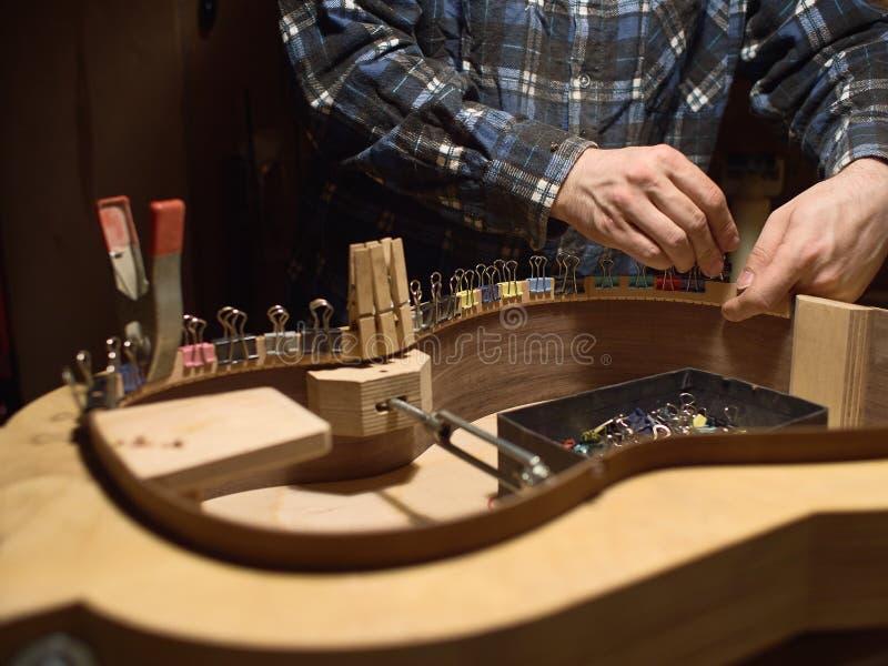 Der Prozess der Herstellung der klassischen Gitarre stockfoto
