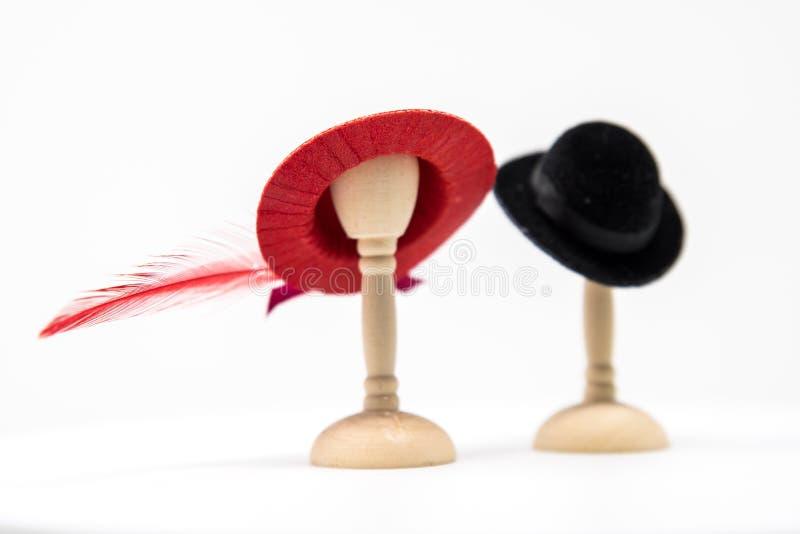 Der Puppenhaus-Männer und die Damenmode-Hüte auf kleinem Hut steht Esprit stockbilder