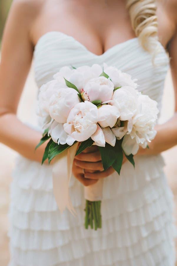Der purpurrote Blumenstrauß der blauen und weißen Braut lizenzfreies stockfoto