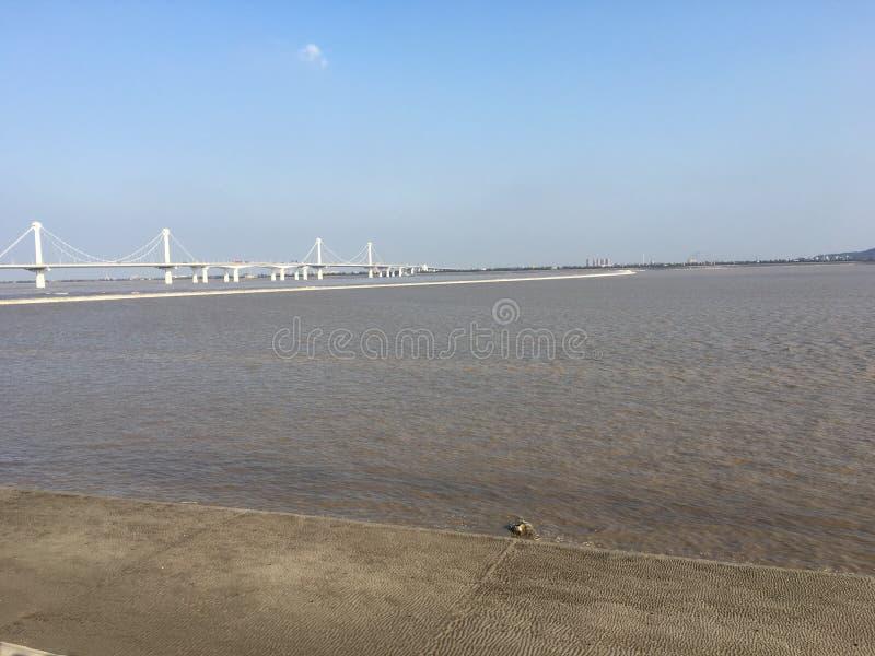Der Qiantang-Fluss Gezeiten in Hangzhou stockfotos