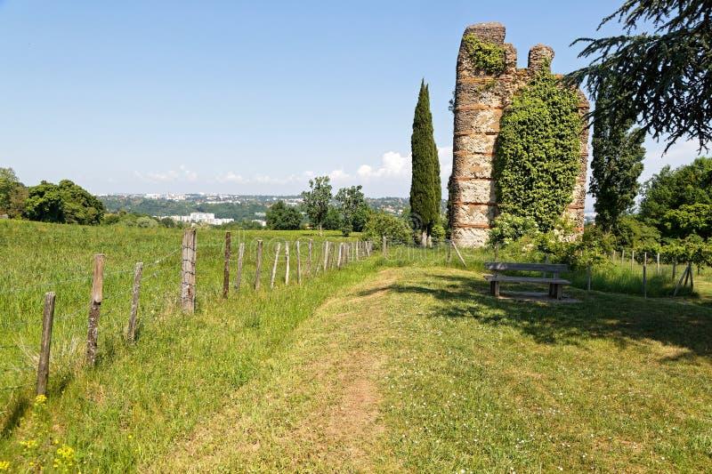 Der römische Aquädukt des Gier unter den Feldern stockfotografie