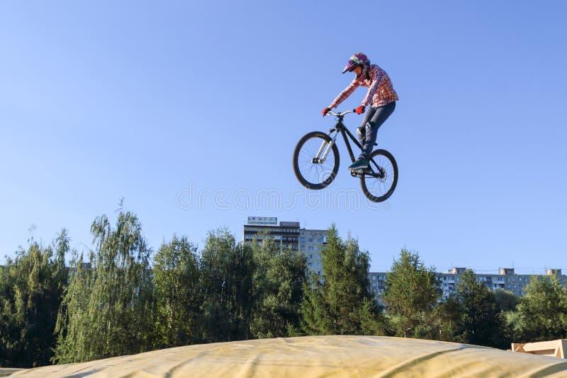 Der Radfahrer macht den extremen Sprung stockfotos