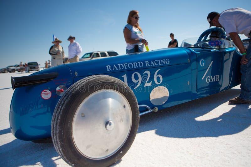 Der Radford-Rennwagen und die Mannschaftsmitglieder, die um ihr arbeiten stockfotos