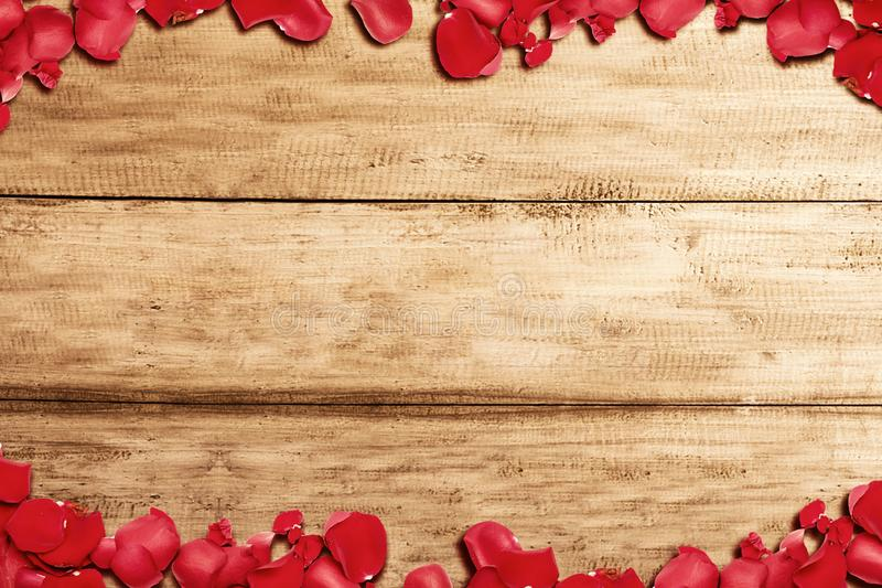 Der Rahmen roter Rosenblüten mit Holztisch lizenzfreies stockbild