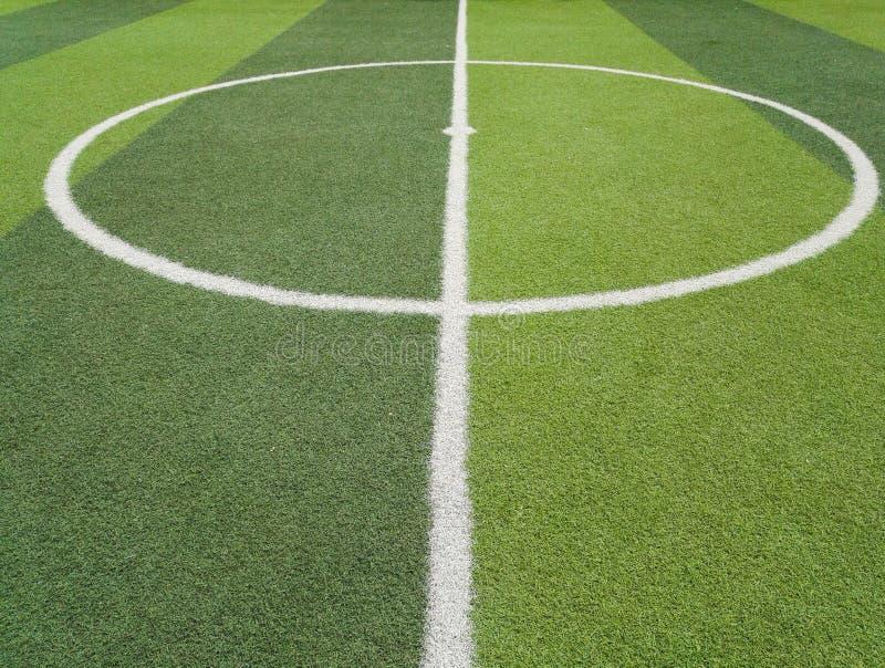 Der Rasen des Fußballplatzes durch Linie lizenzfreies stockbild
