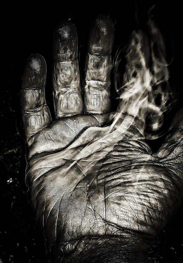 Der Rauch der Hände getragen bis zum Zeit stockfotos