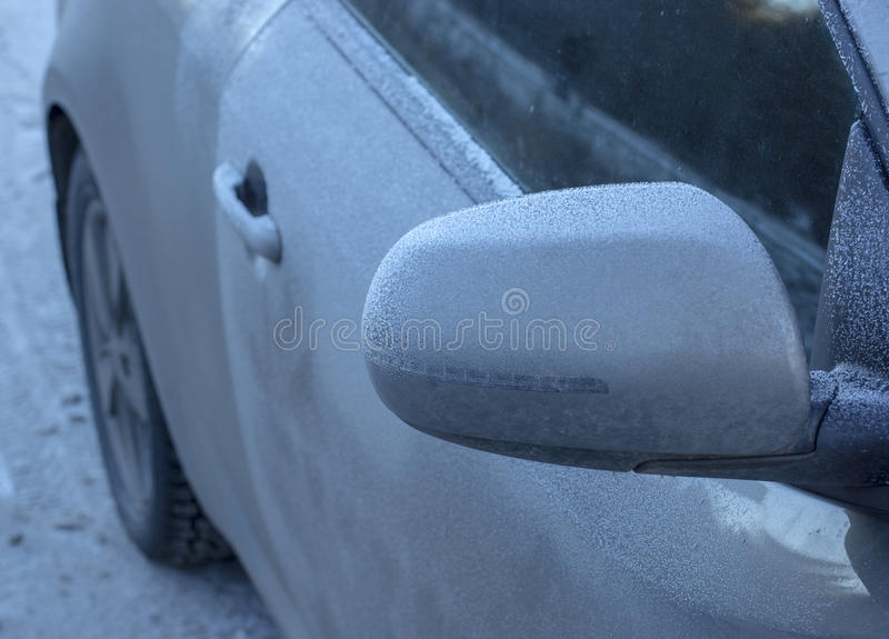 Der Raureif auf dem Auto im eisigen Winter lizenzfreies stockbild
