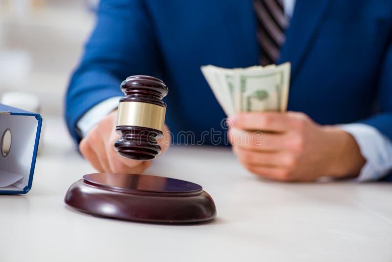 Der Rechtsanwalt, der Geld als Bestechungsgeld empfängt stockbilder
