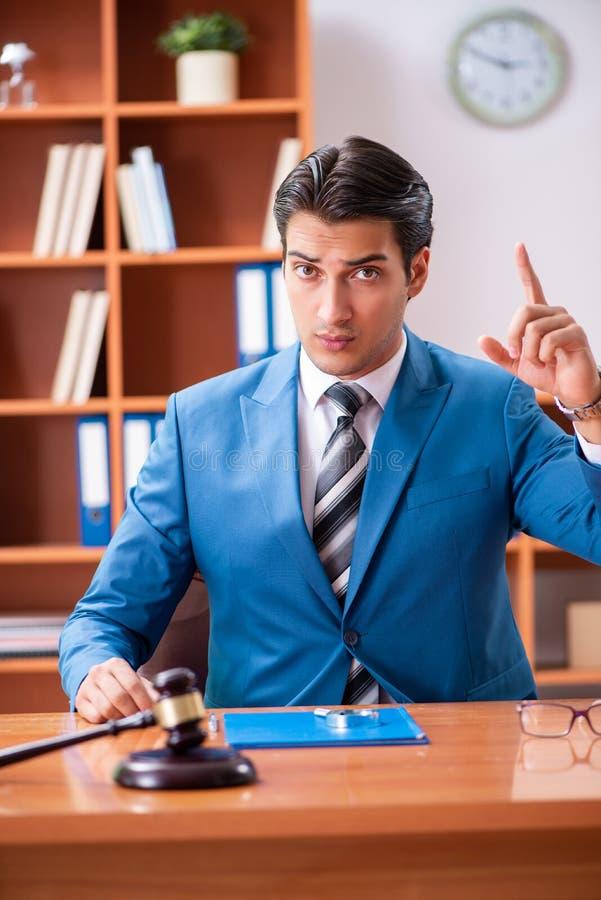 Der Rechtsanwalt, der im Büro arbeitet stockbild