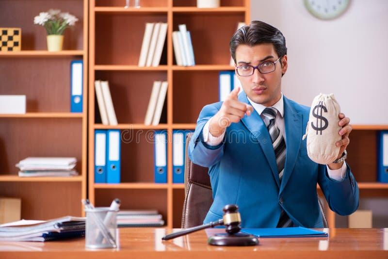 Der Rechtsanwalt, der im Büro arbeitet lizenzfreie stockfotos