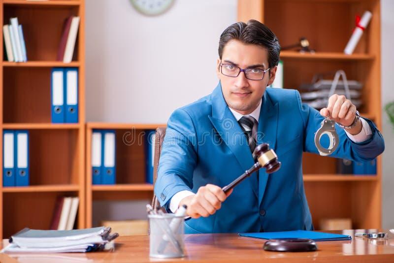 Der Rechtsanwalt, der im Büro arbeitet stockfotografie