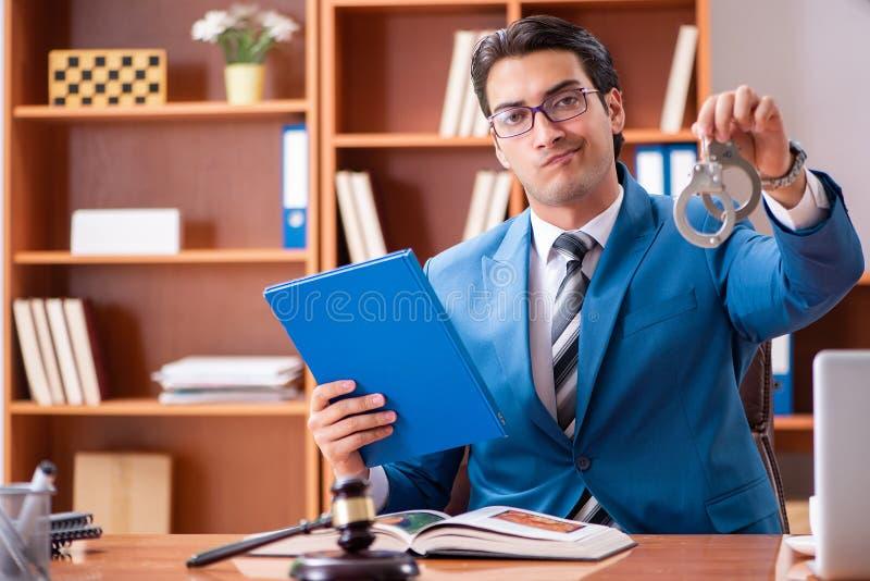 Der Rechtsanwalt, der im Büro arbeitet lizenzfreies stockfoto