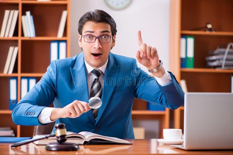 Der Rechtsanwalt, der im Büro arbeitet lizenzfreies stockbild