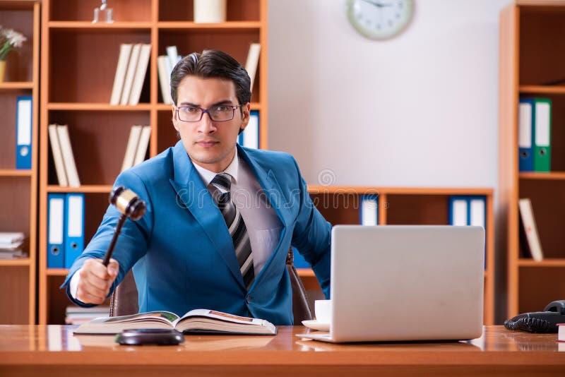 Der Rechtsanwalt, der im Büro arbeitet lizenzfreie stockbilder