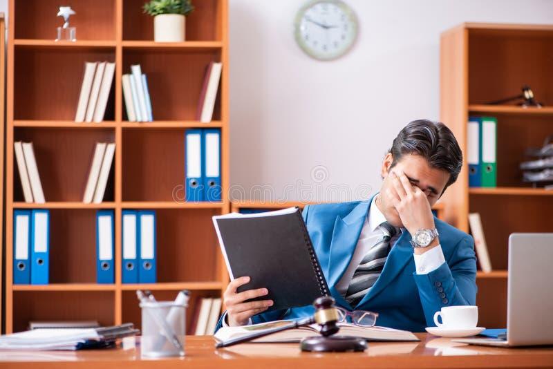 Der Rechtsanwalt, der im Büro arbeitet lizenzfreie stockfotografie