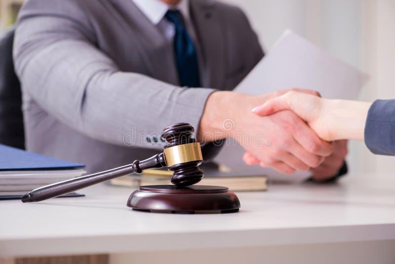 Der Rechtsanwalt, der Rechtssache mit Kunden bespricht lizenzfreies stockbild